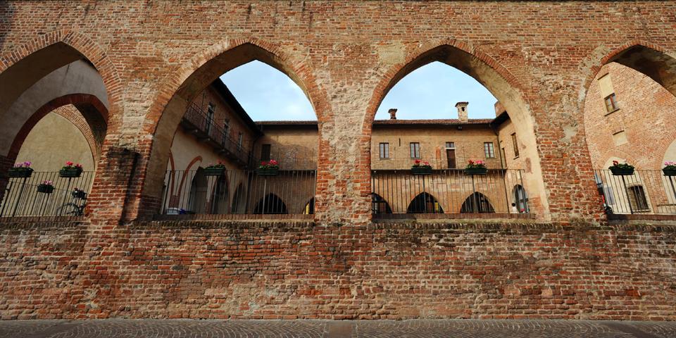 Abbiategrasso, il Castello Visconteo, particolare del portico © Alberto Jona Falco
