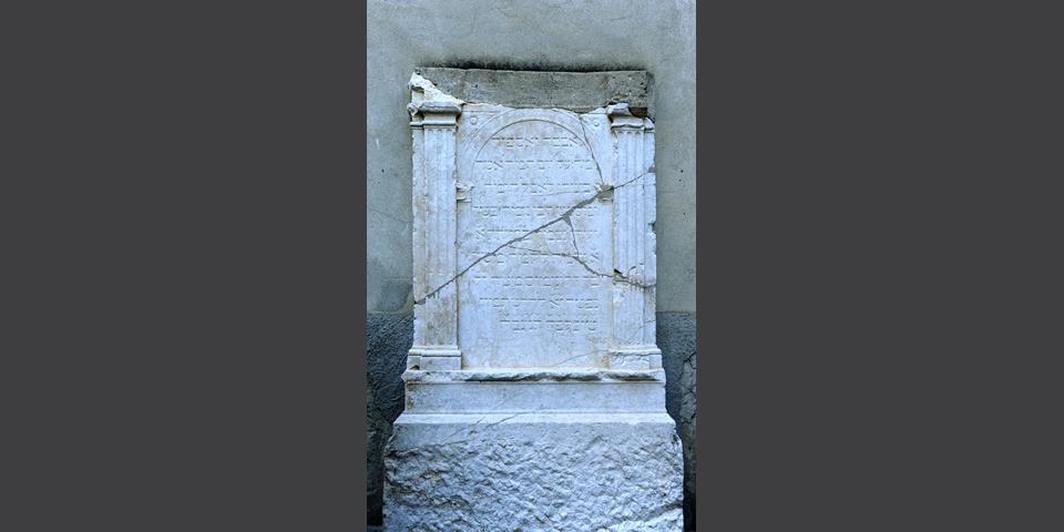 Lodi lapide con iscrizioni in ebraico nel cortile della biblioteca universitaria 3 © Alberto Jona Falco