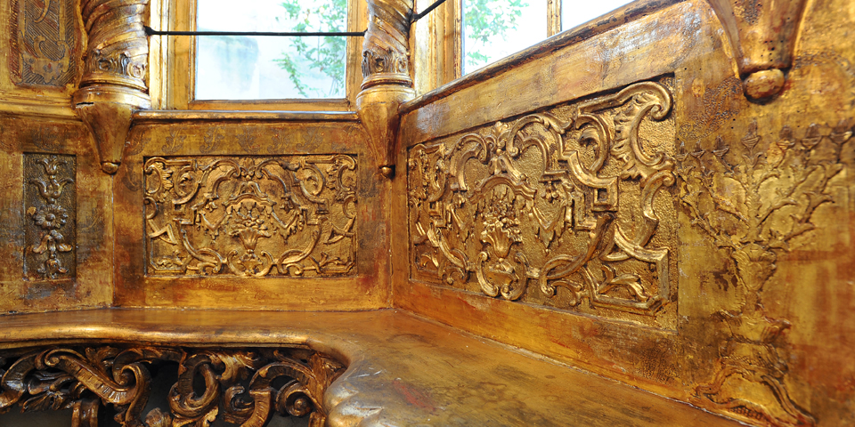 Interior of the Synagogue of Mantua, detail of the frieze of the pulpit © Alberto Jona Falco