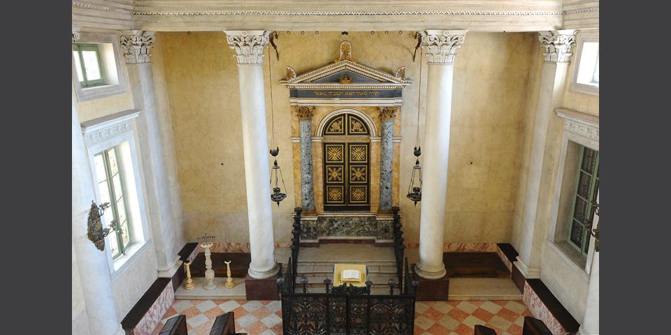 Sabbioneta l'armadio sacro e gli arredi della sinagoga © Alberto Jona Falco