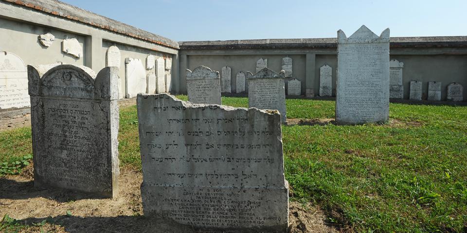 Sabbioneta le lapidi al cimitero fuori le mura viste dall'entrata © Alberto Jona Falco