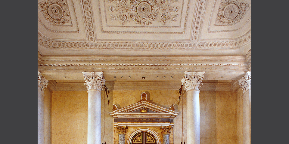 Sabbioneta, synagogue: detail of the ceiling and the upper frieze of the Holy Cupboard © Alberto Jona Falco