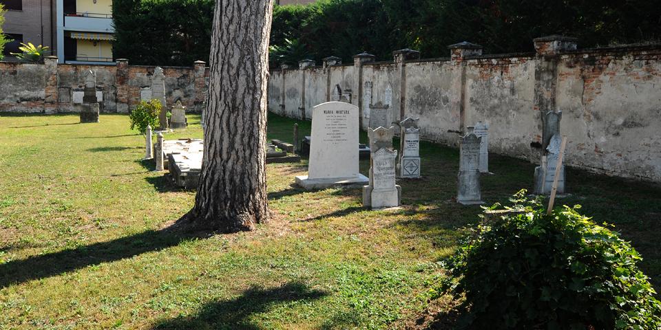 Viadana cimitero vista dal cancello d'ingresso © Alberto Jona Falco