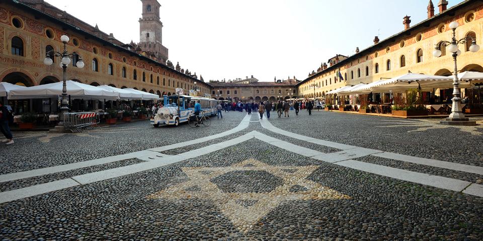 Vigevano, stella di David sulla pavimentazione della Piazza Ducale © Alberto Jona Falco