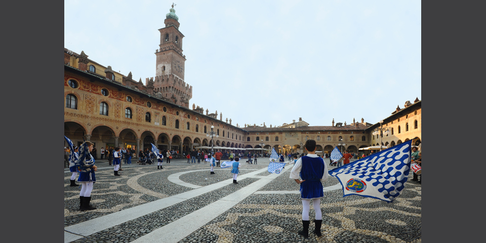 Vigevano, sbandieratori in Piazza Ducale © Alberto Jona Falco