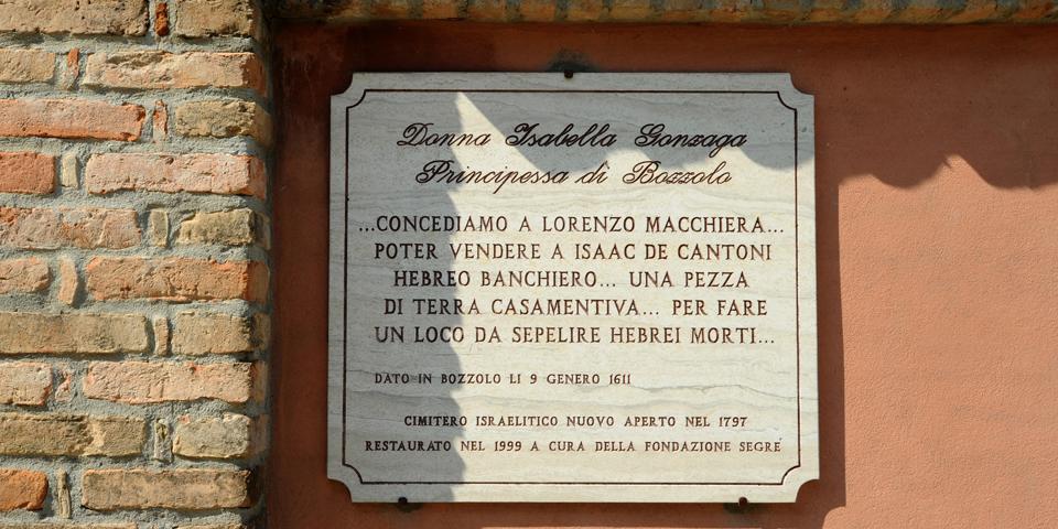 bozzolo lapide commemorativa davanti al cimitero © Alberto Jona Falco