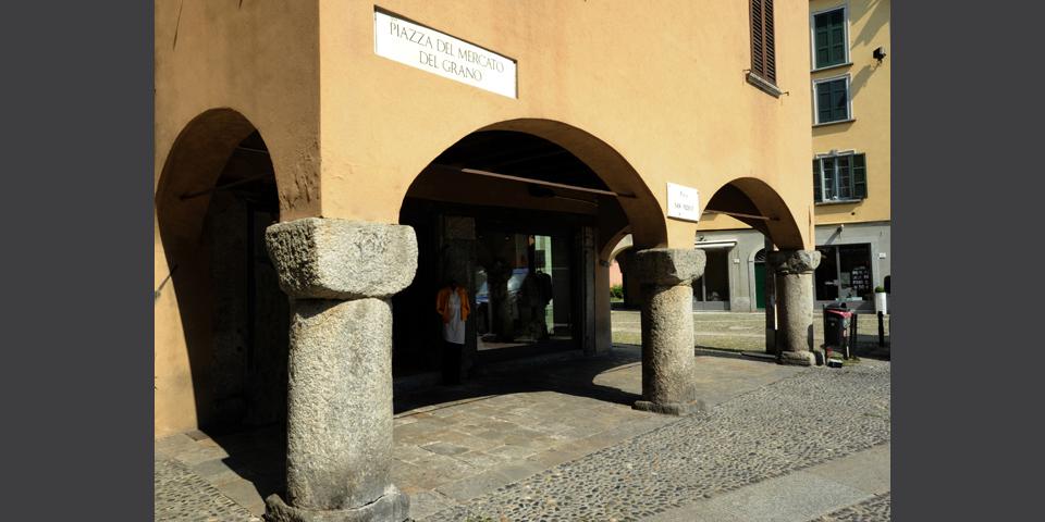 Como, piazza San Fedele, porticoes © Alberto Jona Falco