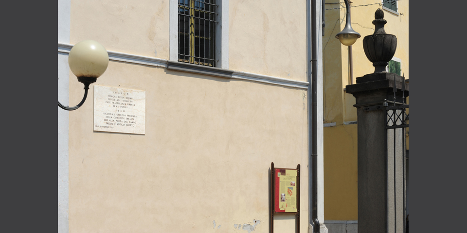 Iseo, the area of the ancient ghetto with a memorial tablet © Alberto Jona Falco