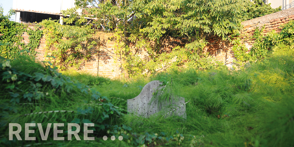Revere lapide semi nascosta nel cimitero © Alberto Jona Falco