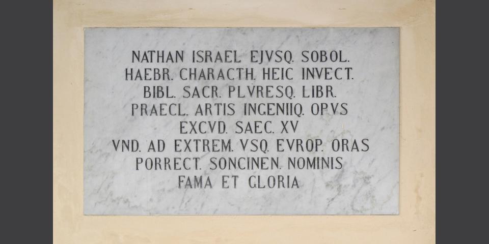 Soncino, gravestone on the council palace dedicated to Nathan Soncino © Alberto Jona Falco